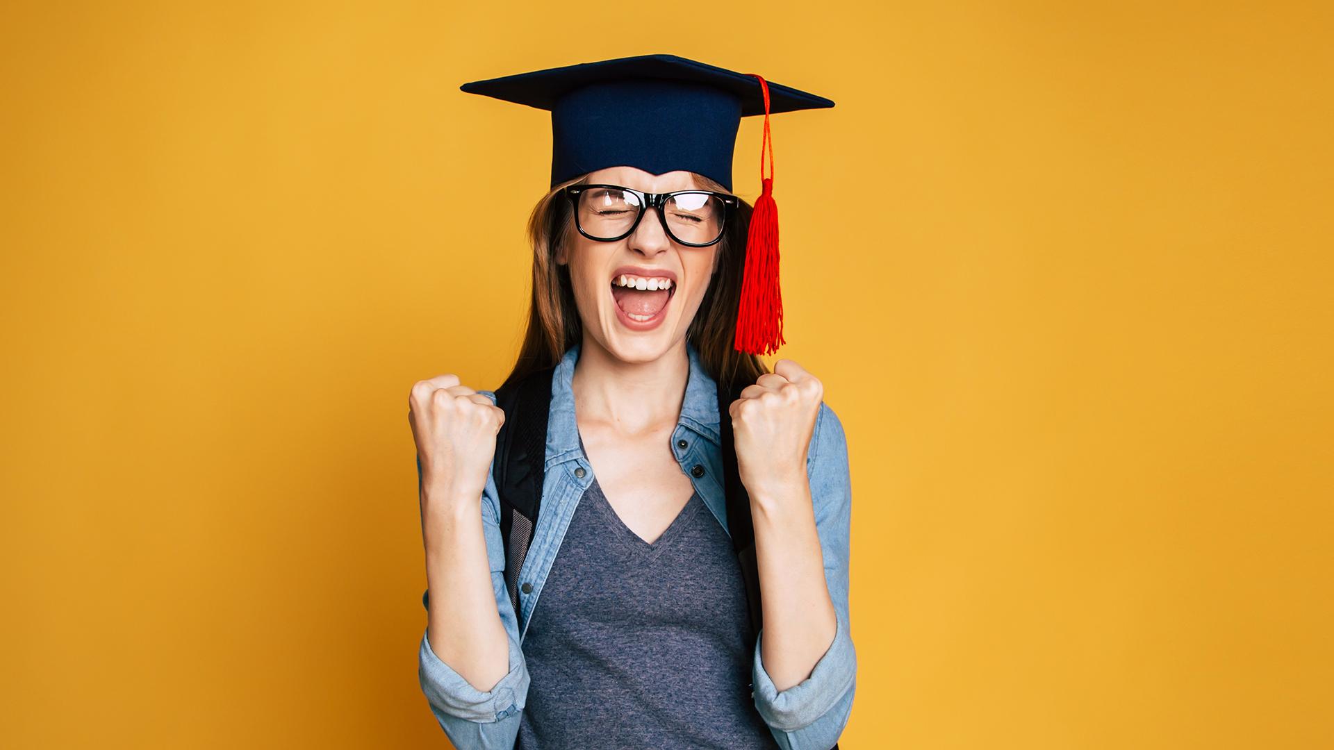 Lerncoaching und Gedächtnistraining in Salzburg: Glückliche Studentin beim Abschluss ihrer Ausbildung/Schule